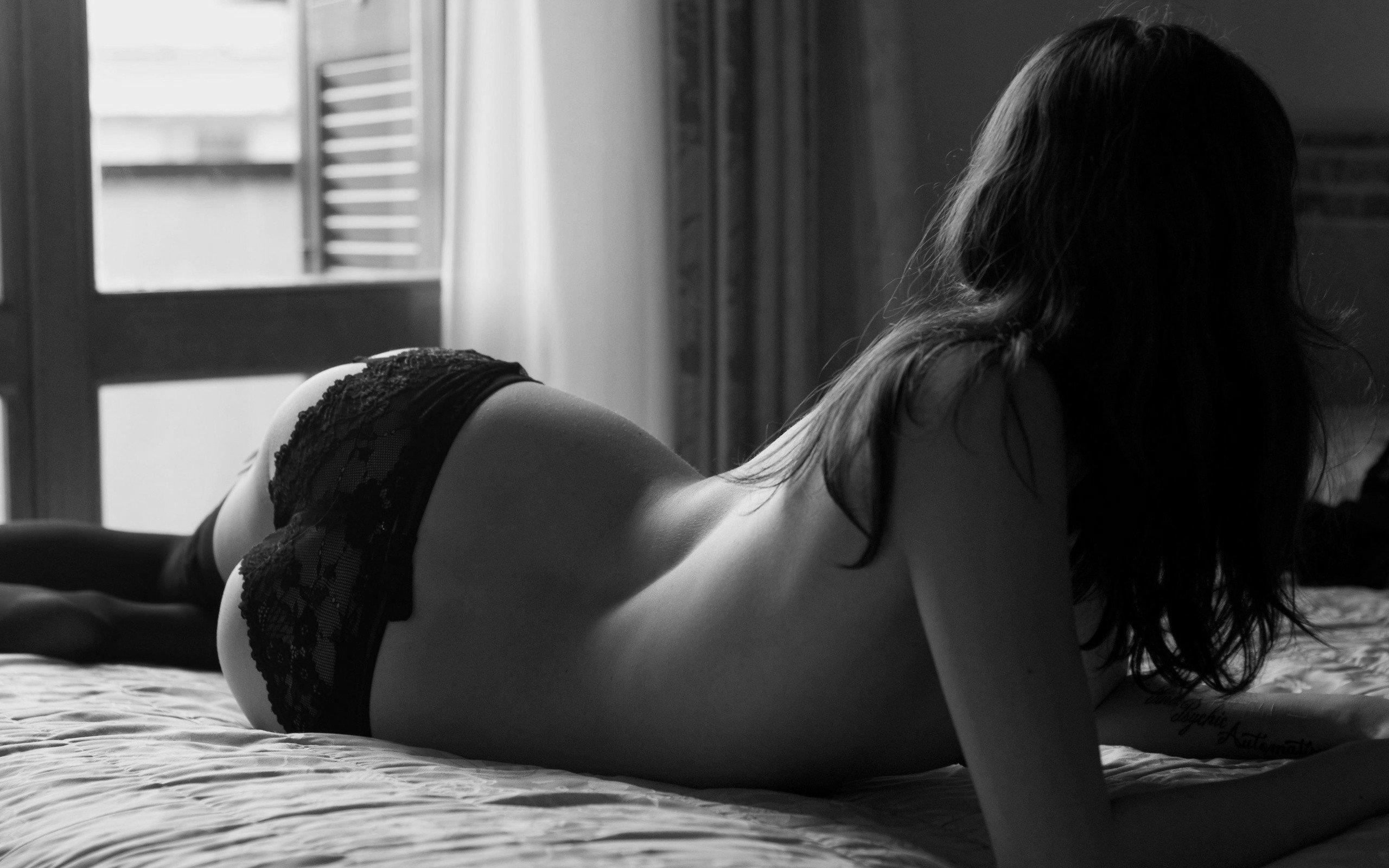 Черно-белые селфи сексуальной брюнетки  357219