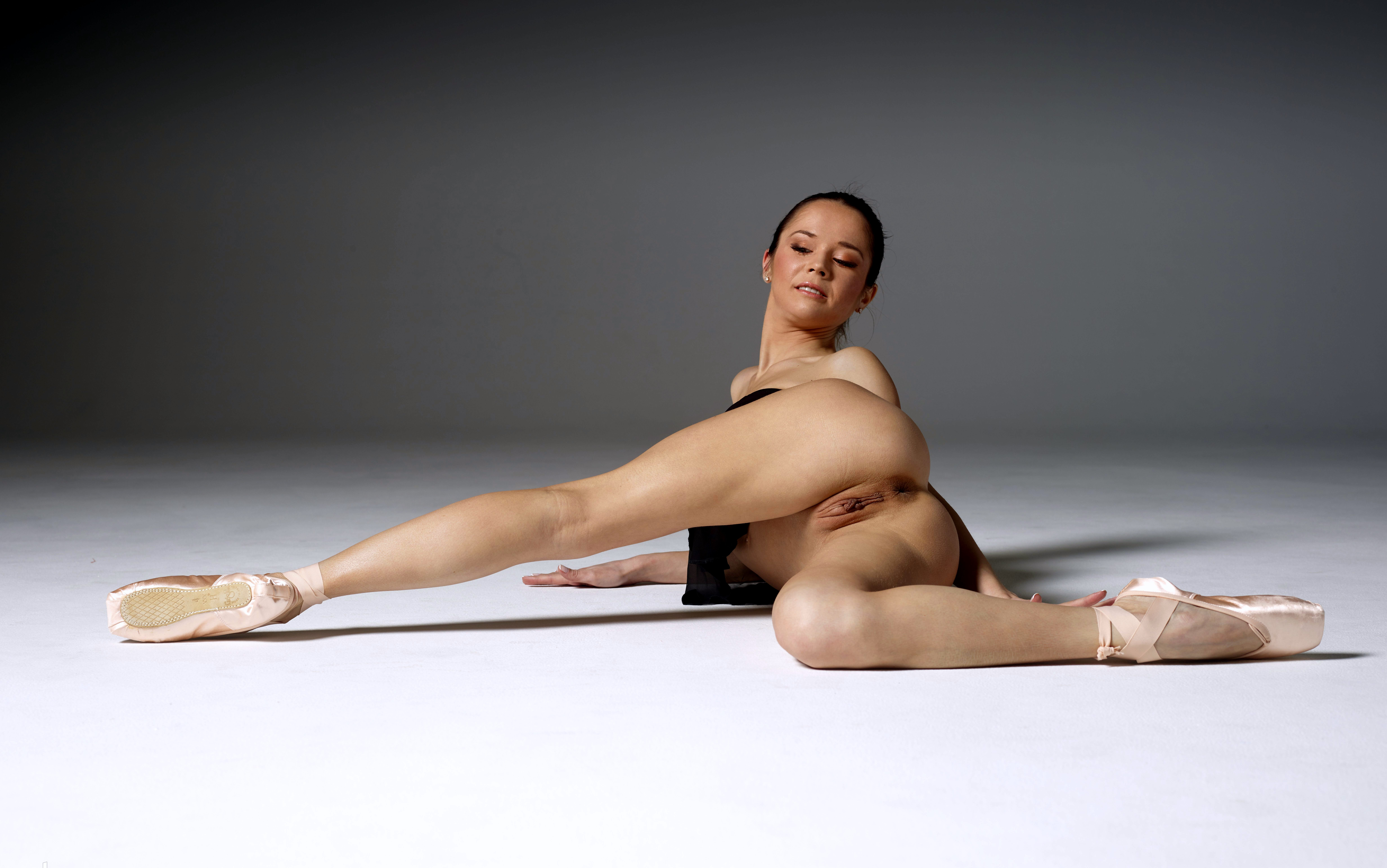 nude splits show labia