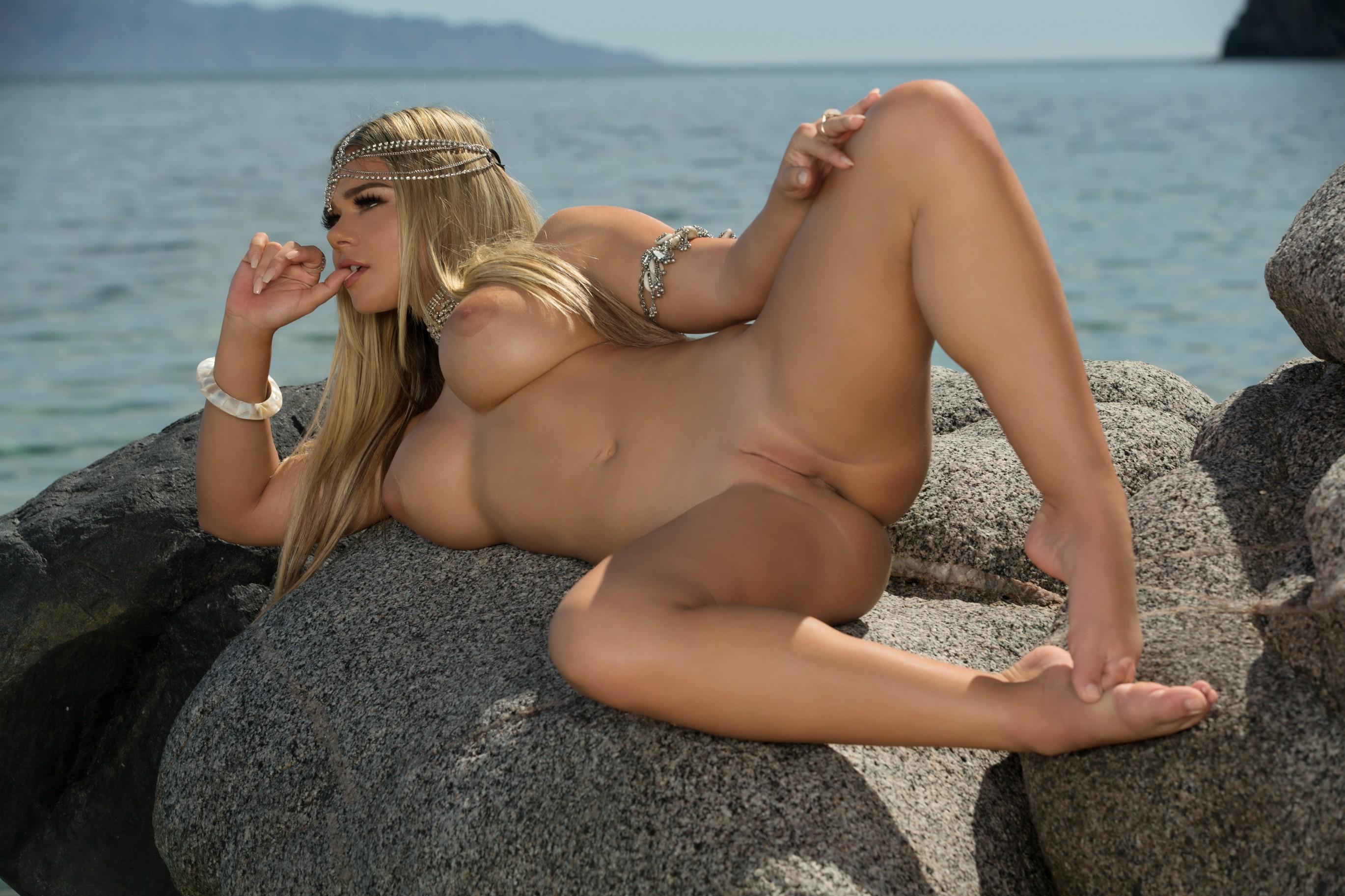 shows boobs Thalia