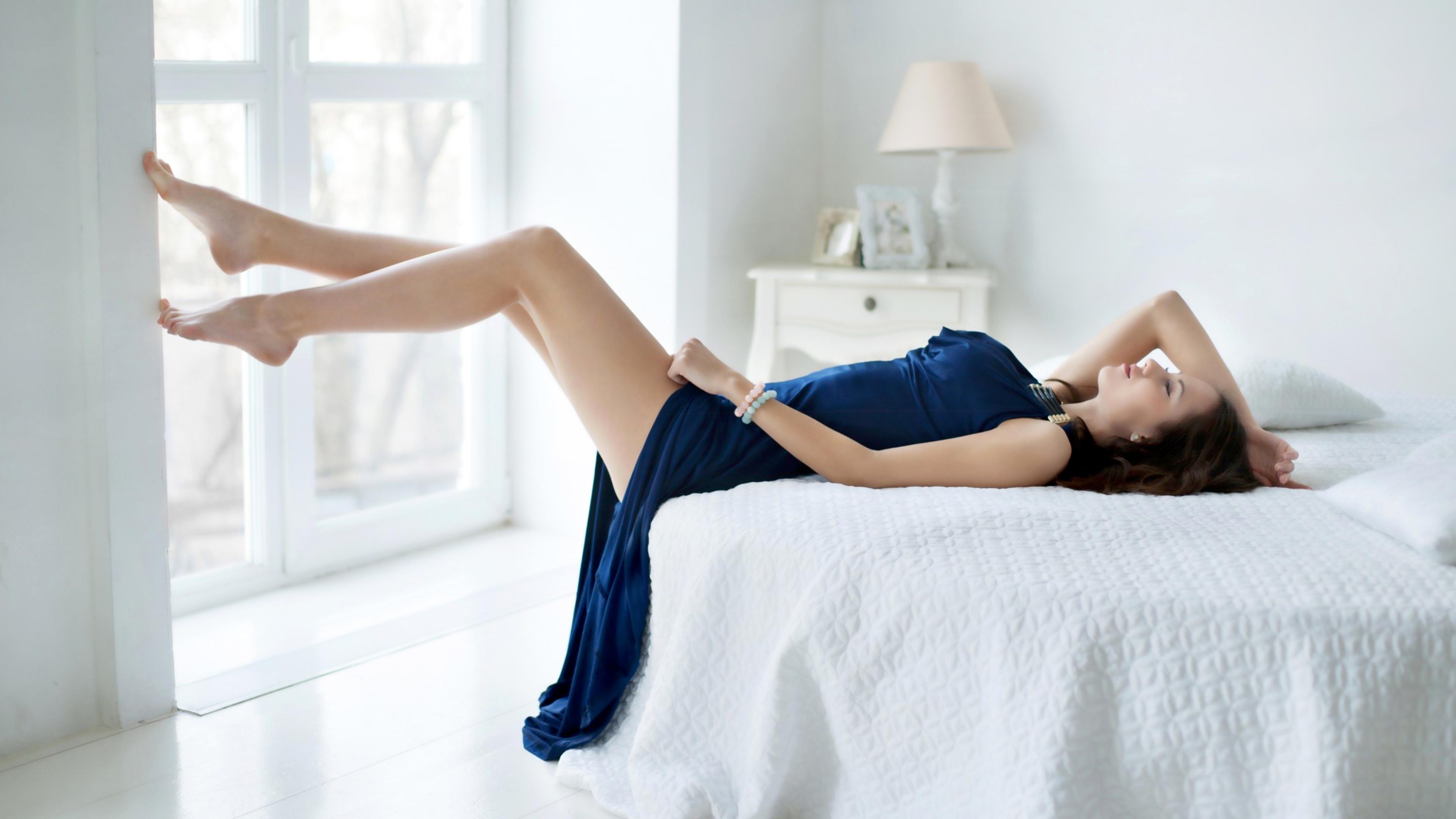 Худенькая девушка стоит босиком на постели  359135