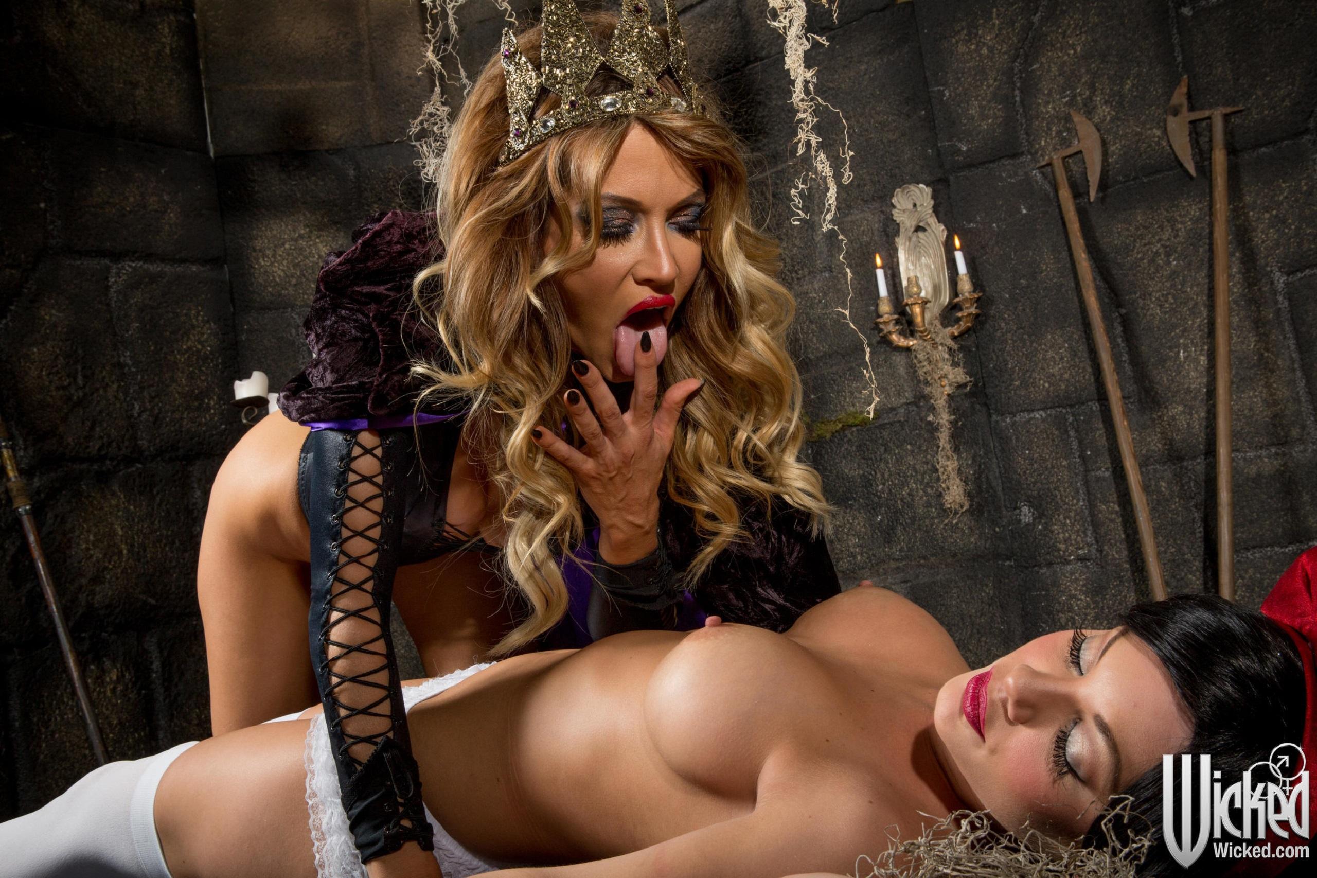 Wicked erotic nude beauty on the floor