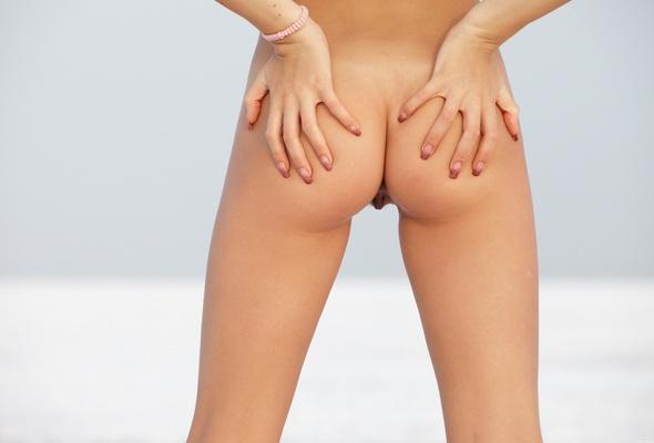 girls-butt-naked-outside