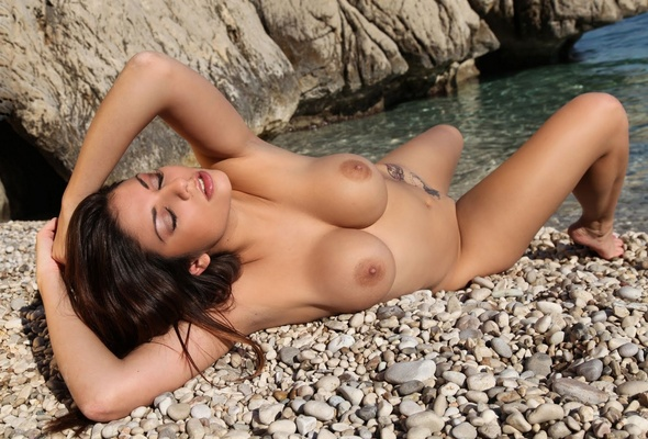 Hot sexy nude girls in the sun