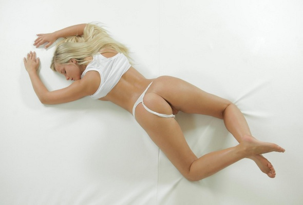 round nude Pretty blondes with bums