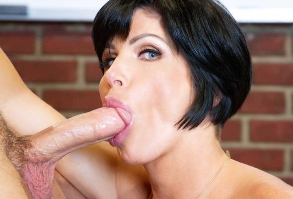 Sexy amateur brunette milf sucking dick