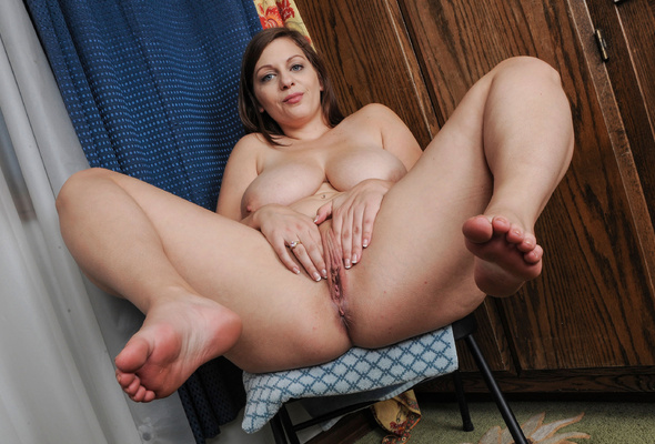 chubby babe spread pussy