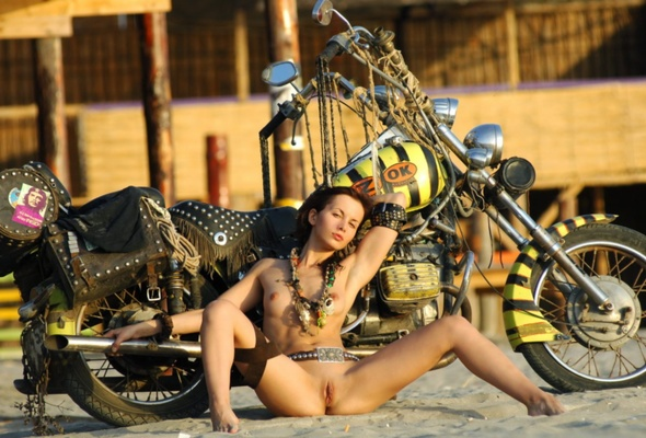 Very bobber with nude girl