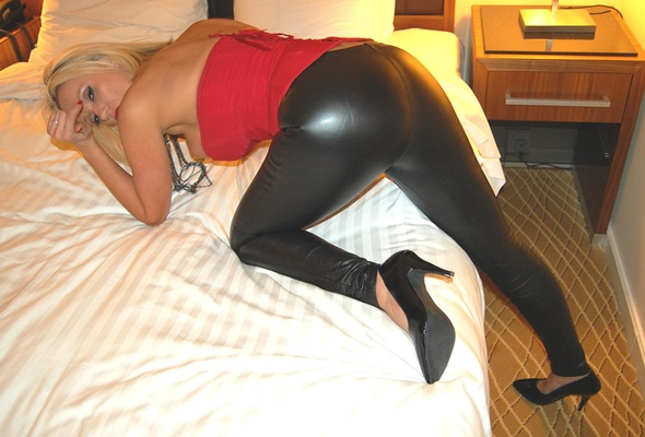 Milfy ass in leather
