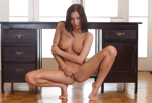 Nude naked squatting — photo 3