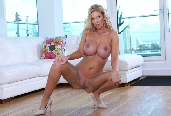Hot milf huge ass and boobs darby