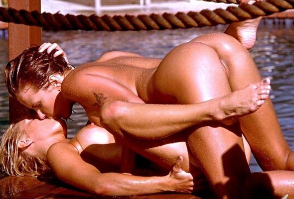 women-hot-nudekissing-superman
