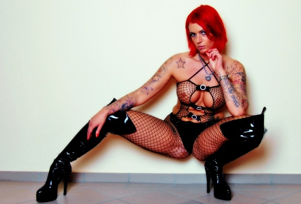 Tattooed milf in red stockings
