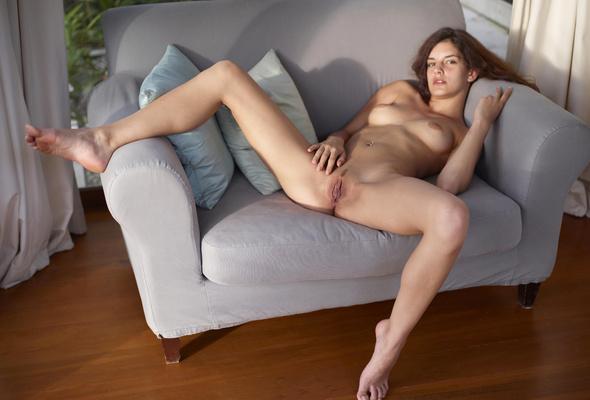 фото маша раздвинула ноги на диване