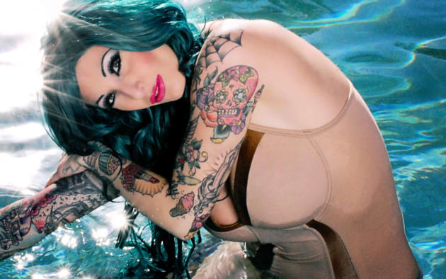 lorraine tully, american, tattoo, alternative model, busty, sexy babe, close up, eyes, red lips, swimsuit, water, erotic, body art, lorraine, pool
