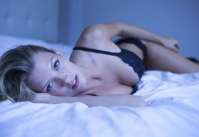 erin lynn cummings, blonde, lingerie, blue eyes, cleavage, lace, black lingerie, bed