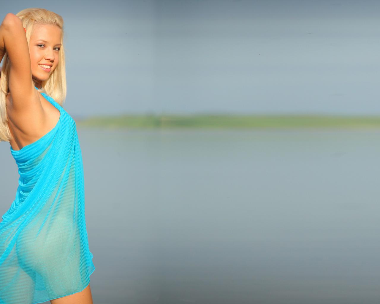 Download photo 1600x1200, marina c, blonde, smile, ass