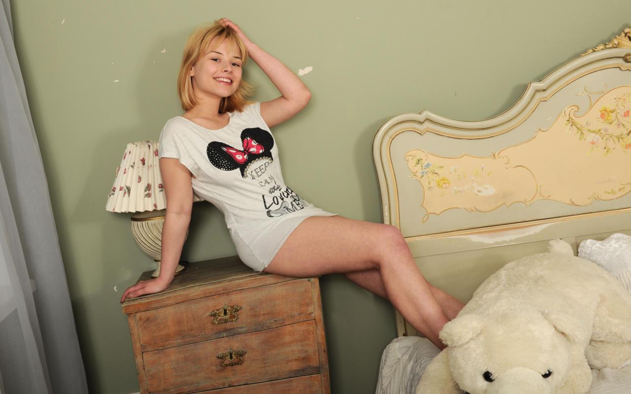 Download photo 1280x800, bianca bell, blonde, teen, bed