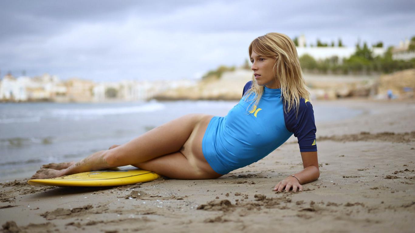 Download photo 1366x768, patti, model, surfboard, beach