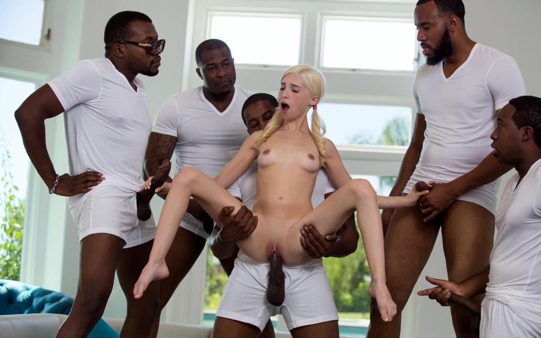 Толпа негров трахает худую блондинку 5 фотография