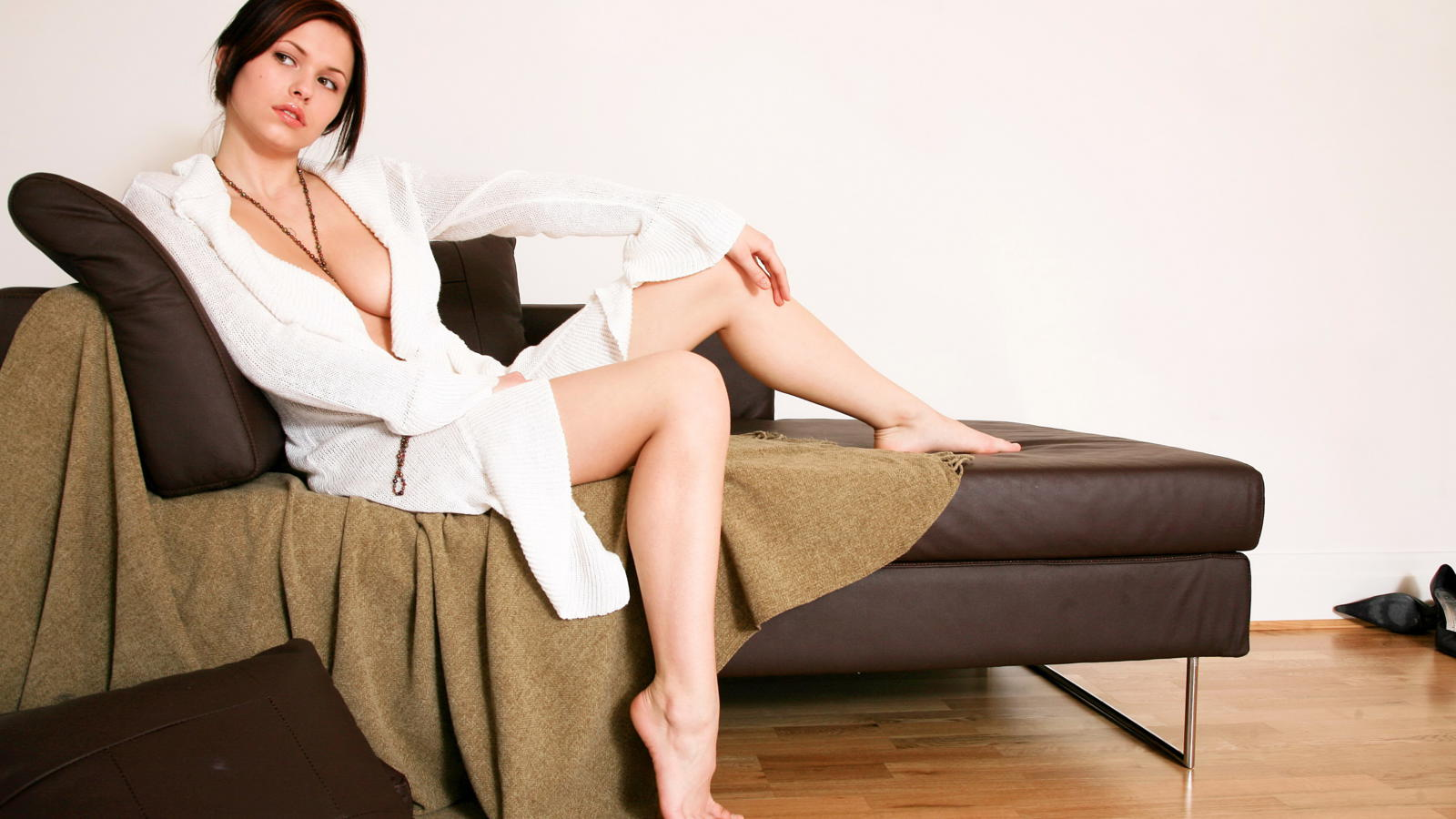 Download photo 1600x900, iga wyrwal, model, cute, couch