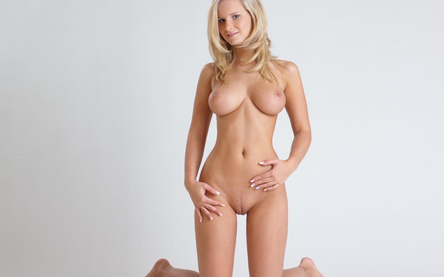 Hot blond milf nude
