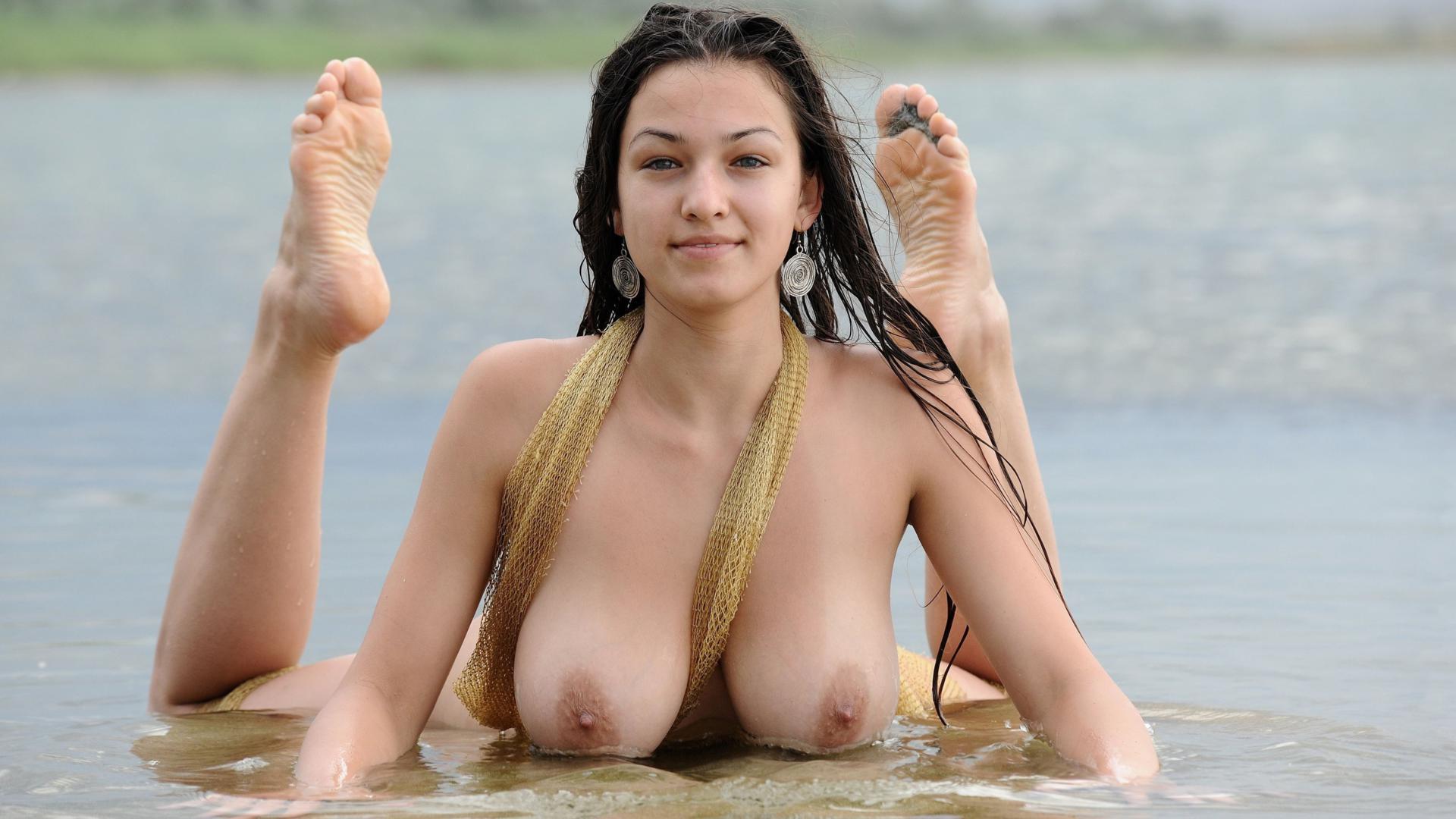 sexy wet nude chicks