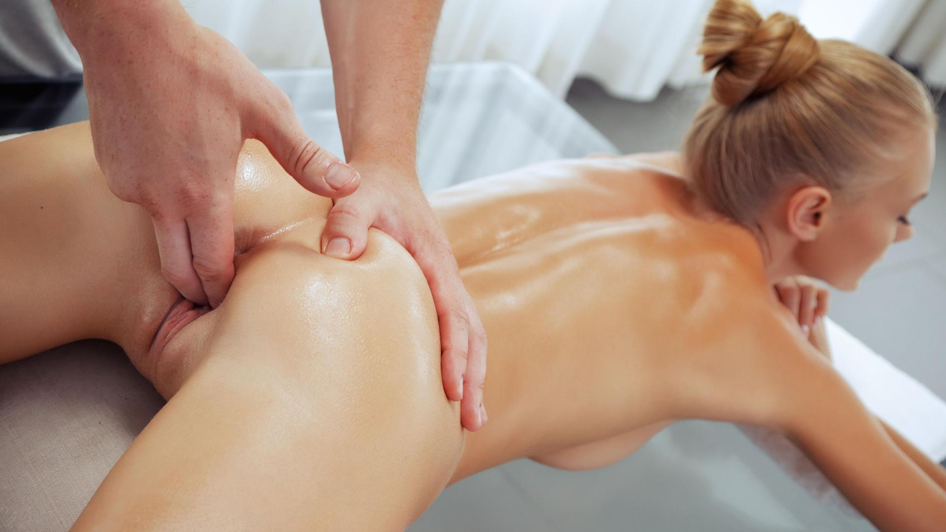 Порно видео с массажем, делает массаж парню